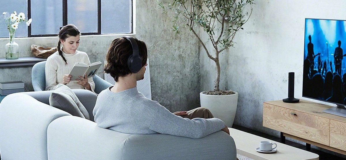 Met een draadloze koptelefoon op tv kijken